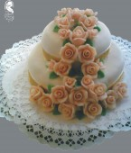 Esküvői torta (barack színű rózsákkal)